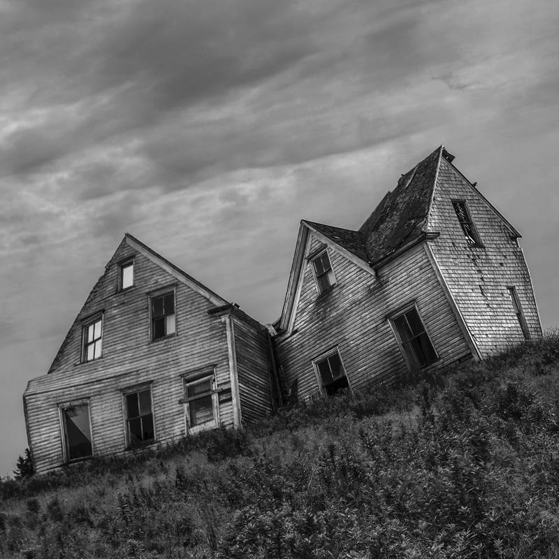 Black and white farmhouse, old, abandoned, haunted. Stock Photography Free for Commercial Use.